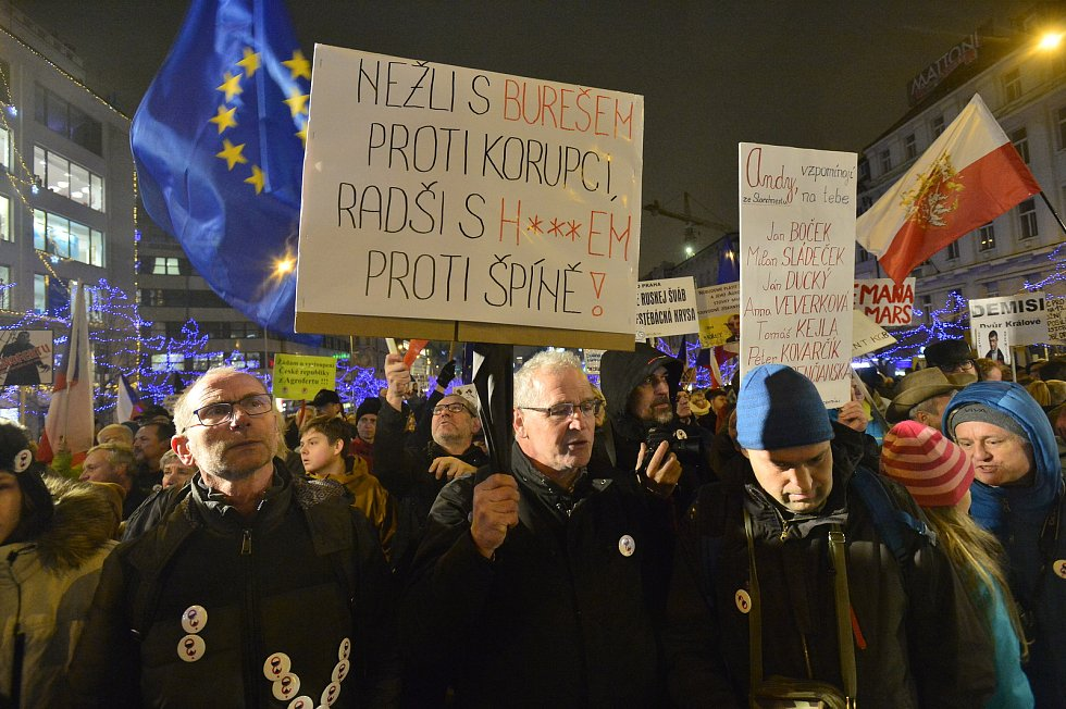 Lidé demonstrují 17. 12. 2019 na Václavském náměstí proti menšinové vládě Andreje Babiše (ANO), která má podporu komunistů. Akci pořádá spolek Milion chvilek pro demokracii.