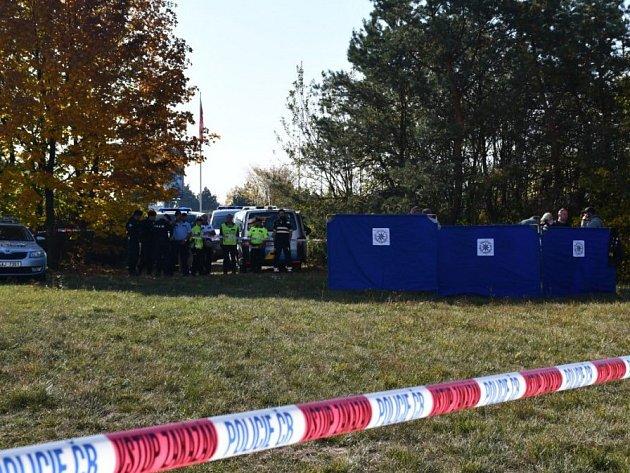 Muž nalezený u Rozvadovské spojky zemřel cizím zaviněním.