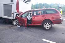 Na pražském okruhu u sjezdu na letiště narazilo auto do autobusu.