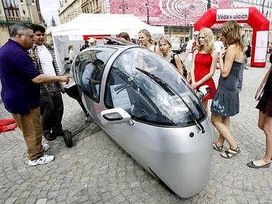 ECOMOBIL. Výrobce tohoto kabinového motocyklu slibuje vozidlo, které spojuje potěšení z jízdy na konvenčním motocyklu s komfortem cesdtování v osobním automobilu. K řízení takového vozítka stačí pouze řidičský průkaz skupiny A pro velké motocykly.