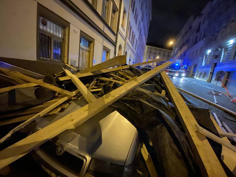 Část střechy shozená větrem poškodila zaparkovaná auta v Cimburkově ulici.