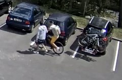 Policie hledá mladíky, kteří ukradli jízdní kolo z nosiče auta.