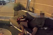 Muž poničil sezení u obchodního centra, pak začal onanovat.