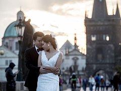 Asiaté při svatebních fotkách 21. září na Karlově mostě v Praze.
