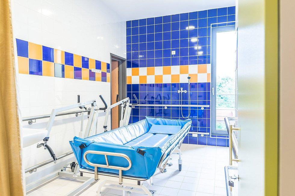 Sprchovací lůžko pro klienty.