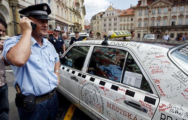 Asi 20 taxikářů zablokovalo 16. července na pražském Staroměstském náměstí bývalé stanoviště firmy Sudop, které před dvěma dny zrušil pražský magistrát.