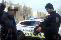 Při rutinní prohlídce se strážníkům přihlásil hledaný muž.
