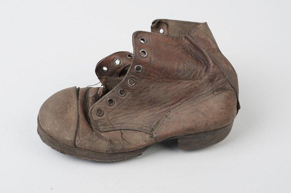 Boty malého Amose Steinberga z Prahy, který zemřel v koncentračním a vyhlazovacím táboře v Osvětimi.