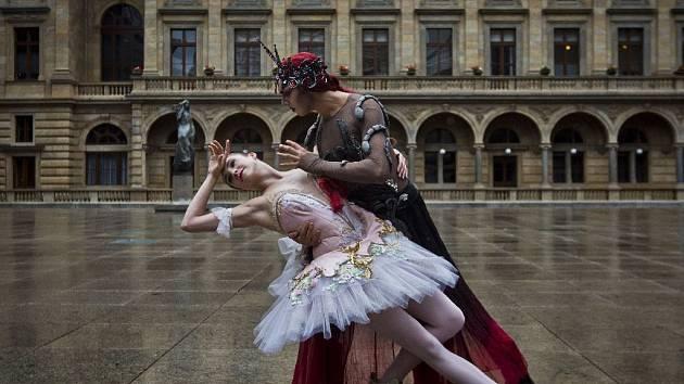TK k zahájení sezony Národního divadla, spojená s módní přehlídkou kostýmů z inscenací, proběhla 1. září na piazettě Národního divadla v Praze.