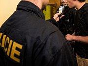 Policejní akce zaměřená na nalévání alkoholu mladistvým.Ilustrační foto.