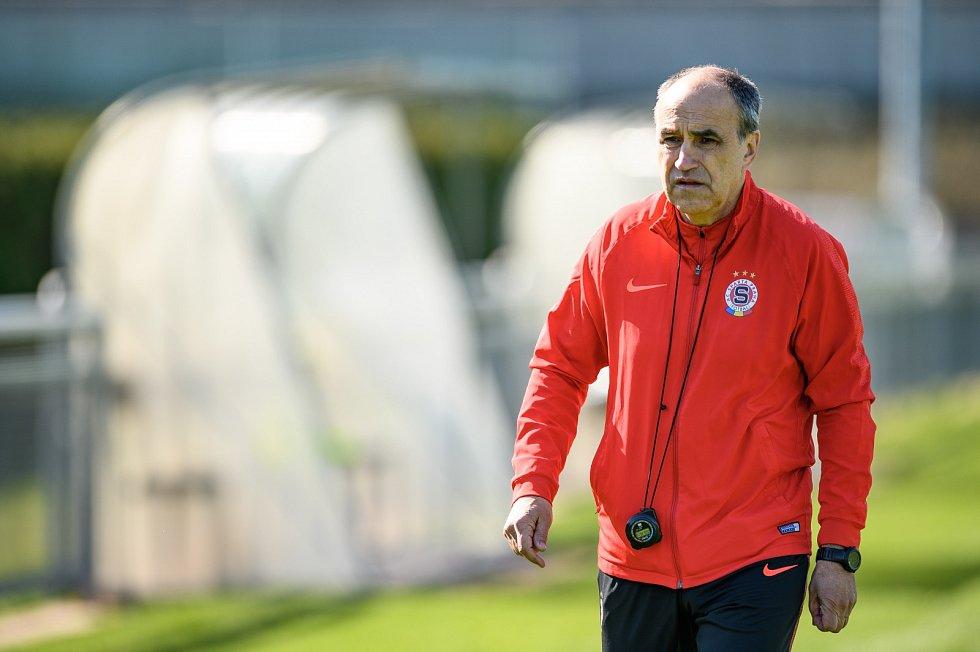 Fotbalisté Sparty Praha poprvé trénovali v omezených podmínkách kvůli koronaviru.