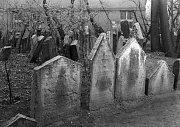 JOSEFOV. Na části pozemku Starého židovského hřbitova dnes stojí Uměleckoprůmyslové muzeum.