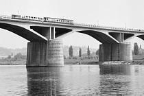 Branický most, který se lidově nazýval most Inteligence, by se po šedesáti letech mohl dočkat druhé koleje.