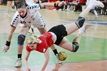KASKADÉRKA! K získání míče používá házenkářka pražské Slavie Lenka Mouleová všechny prostředky.