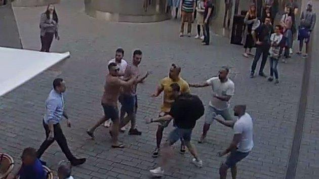 Napadení číšníka v centru.