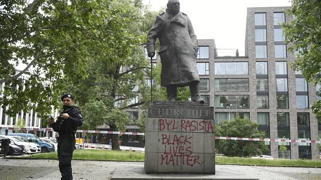 Popsaná socha Winstona Churchilla v Praze.