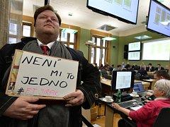 Zastupitelstvo Prahy 3 se sešlo na mimořádné schůzi kvůli petici ohledně trhů na náměstí Jiřího z Poděbrad. Na snímku přítomní občané, kteří podporují petici kritizující výběr nového provozovatele trhů.