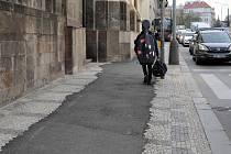 Asfaltový pruh v Resslově ulici podél kostela sv. Cyrila a Metoděje.