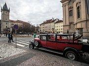 Historická vozidla pro turisty v centru Prahy 16. ledna 2019.