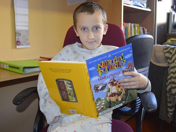 Ve škole při Nemocnici Na Bulovce vPraze se všechno podřizuje dětem. Malý pacient Šimon píše vlastní komiks, až vyroste, chce být novinář.