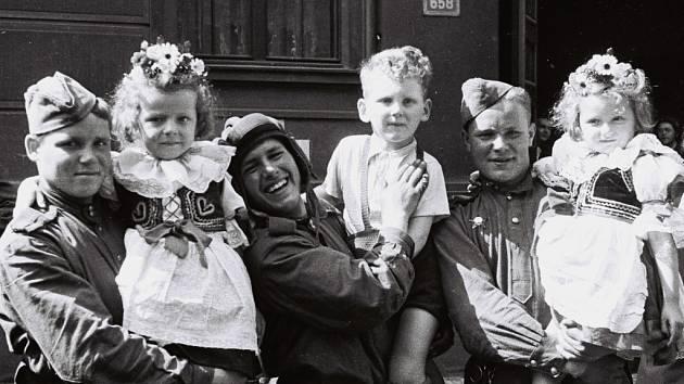 Snímky na památku s rudoarmějci v tehdejších květnových dnech z pochopitelných důvodů v Praze nebraly konce.