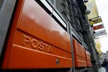 TADY NECHYBÍ. Na frekventovaných turistických trasách však často není kam hodit pozdrav z Prahy. (Na snímku jsou poštovní schránky před hlavní poštou v Jindřišské ulici.)
