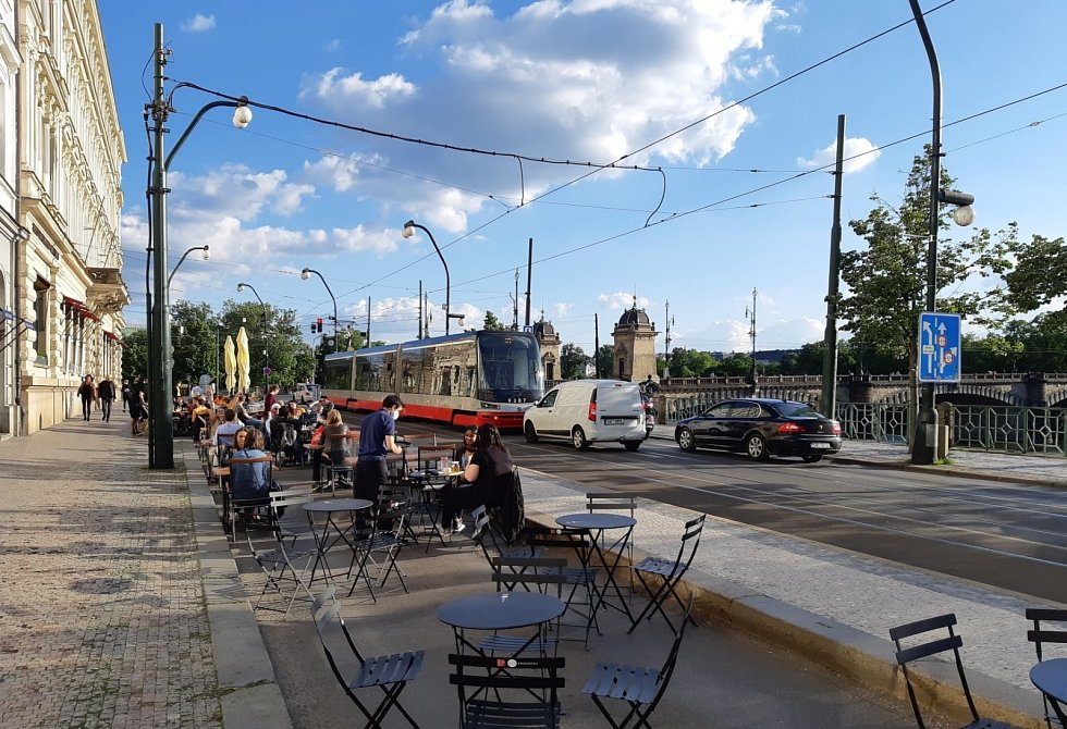 Magistrát udělal změnu v částečné uzavírce Smetanova nábřeží: přes den budou na silnici restaurační zahrádky, v noci sem budou moci opět i auta.
