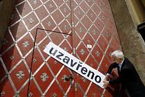 Symbolickým zamknutím brány pražského Klementina ředitelem Martinem Svobodou (na snímku) bylo 31. července dokončeno stěhování Národní (bývalé Státní) technické knihovny do nové budovy v Praze – Dejvicích.