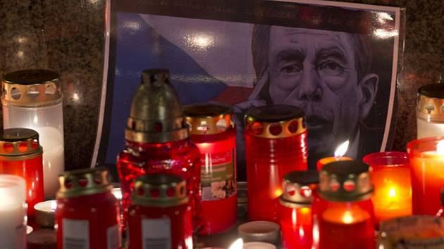 Svíce u obrázku s portrétem Václava Havla u jezdecké sochy sv.Václava.