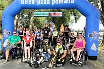 Handicapovaní společně s patronem projektu Jiřím Ježkem projeli Birell bránou v pražské Tróji. Vzájemně se tak podpořili na cestě k vysněným handbikům a speciálním kolům.