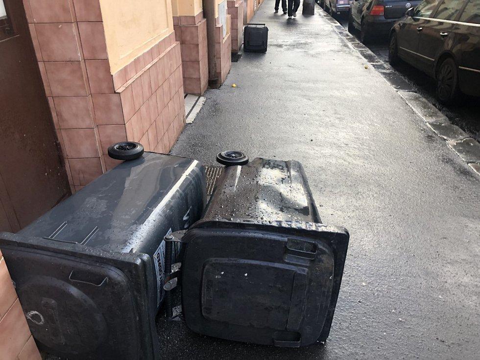 Silný vítr, který doprovázel bouři Sabine, v Praze převracel popelnice.