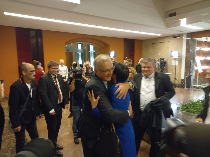 Miroslav Kalousek přijel večer do volebního štábu Spolu. Gratuloval předsedkyni TOP 09 Markétě Pekarové Adamové.