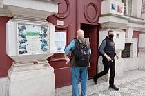 Senátní volby 2020. Před volební místností ve Vodičkově ulici.