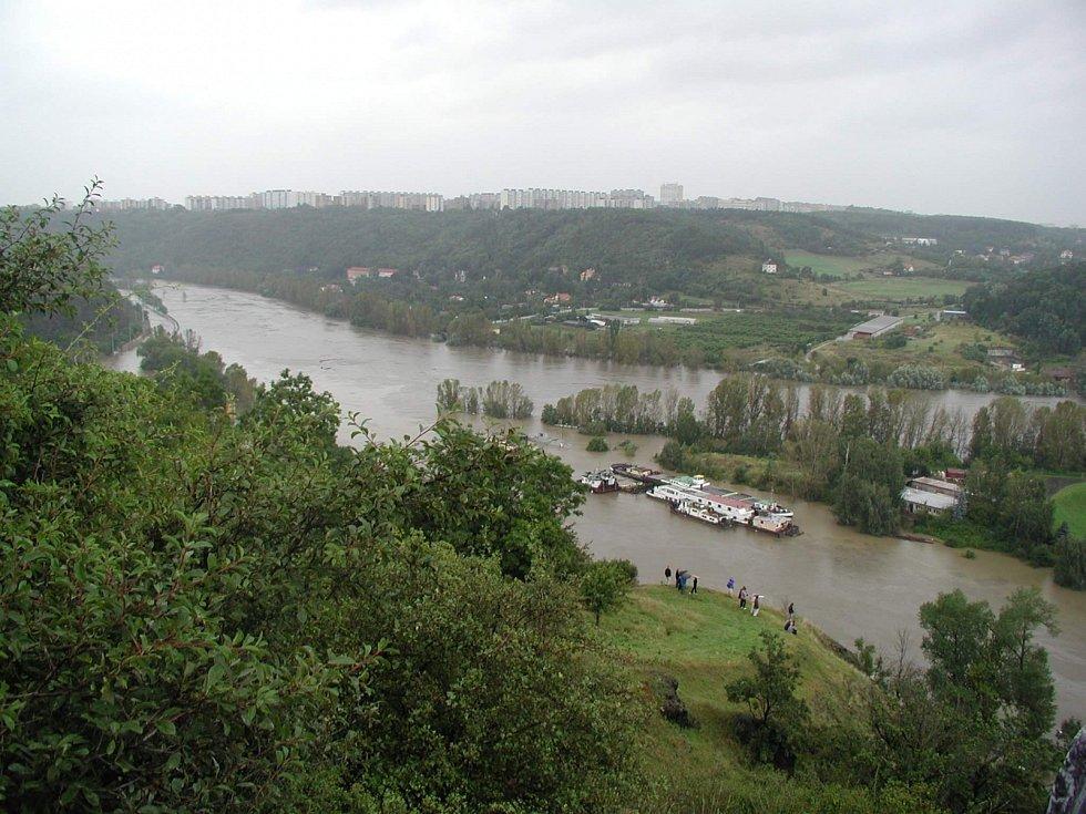 Povodně z roku 2002 v Praze. Lidé sledují 13. srpna stoupají hladinu Vltavy.