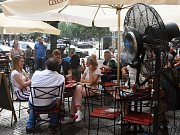PŘEDZAHRÁDKY jsou v letní sezoně vyhledávaným místem pro posezení. Získat souhlas s jejich zřízením je pro majitele restaurací každý rok složitý problém.