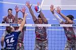 Skvělý blok. Aleksandar Nedeljkovič (uprostřed) při obranné práci.
