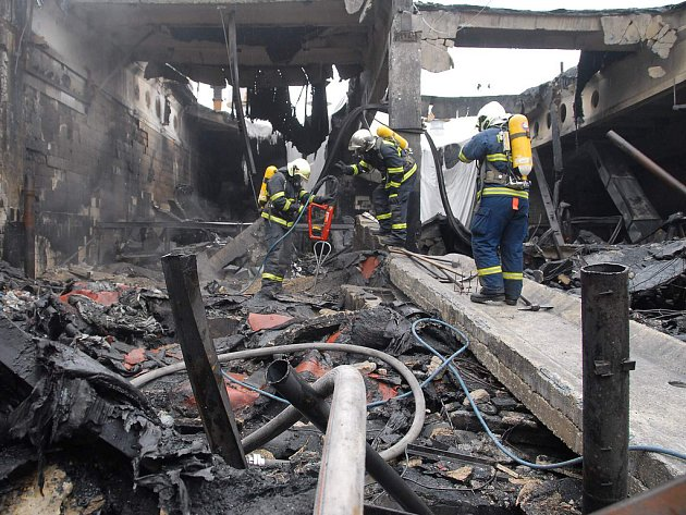 NIČIVÝ POŽÁR. Plameny, které zdecimovaly asijskou tržnici SAPA, dohašovali hasiči ještě tři dny po propuknutí katastrofy.