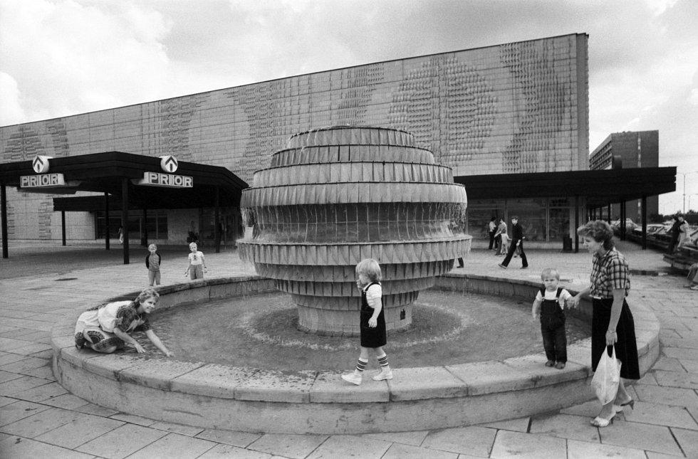 Fontána. Sídliště Prosek mělo i vlastní fontánu. Odstraněna byla při stavbě stanice metra Prosek.