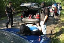 Spadla klec. Profesionální zásah policie ukončil řádění loupežného gangu.