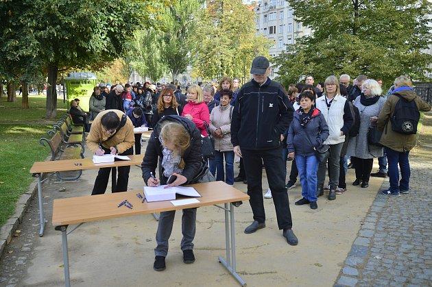Poslední rozloučení se zpěvákem Karlem Gottem vpražském paláci Žofín.