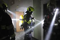 Pražští hasiči v noci ze středu na čtvrtek řešili požár vybydleného objektu i ubytovny, z níž evakuvali stovky osob.