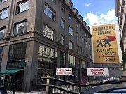 Retro reklama se skrývá v ulici V Jámě. Láká na Osvobozené divadlo