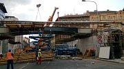 O víkendu 13. a 14. července 2019 usadili dělníci dvě konstrukce tvořící most Negrelliho viaduktu přes Křižíkovu ulici.