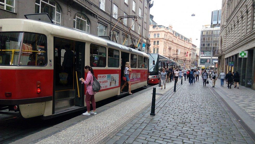 Million Marihuana March 2020. Pochod způsobil dočasné nahromadění tramvají ve Vodičkově ulici.