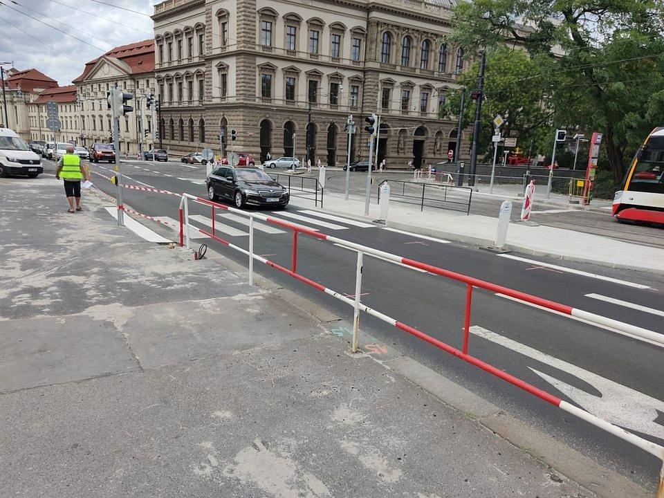 Karlovo náměstí v Praze se dočkalo úprav. Přibyly přechody, zmizelo zábradlí.