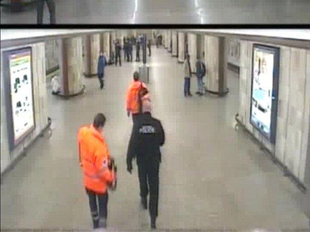 Násilník z metra patrně nebyl pod vlivem alkoholu ani drog. Motiv napadení ženy je nejasný