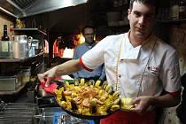 Šéfkuchař pražské restaurace El Centro Oskar Caceres s festivalovou nabídkou: španělskou paellou s mořskými plody.