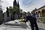 Ředitel Národního muzea Michal Lukeš položil květinu k opravenému hrobu  architekta Josefa Schulze.