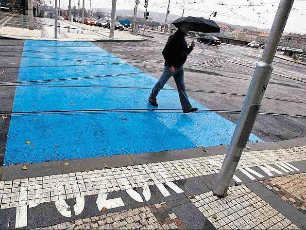 NEOBVYKLÉ ZNAČENÍ. Modrý pruh na přechodu nově opraveného Palackého náměstí chce chodce důrazně upozornit na to, že přednost má tramvaj.