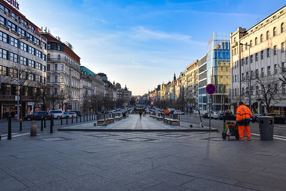 Prázdné ulice Prahy a lidé s rouškami 18. března 2020. Václavské náměstí.